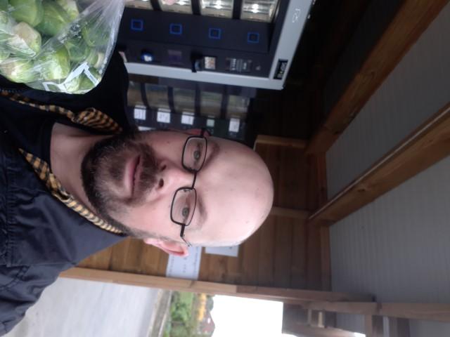 Robby kocht verse groentjes bij Tuinbouwbedrijf Smets